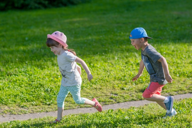 Bambini felici che corrono