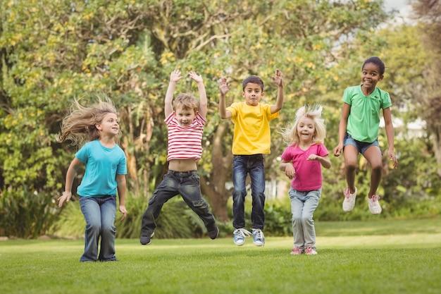 Felici compagni di classe che saltano in aria
