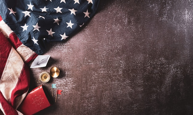 Happy columbus day concept vintage bandiera americana bussola carta barca corda su pietra scura