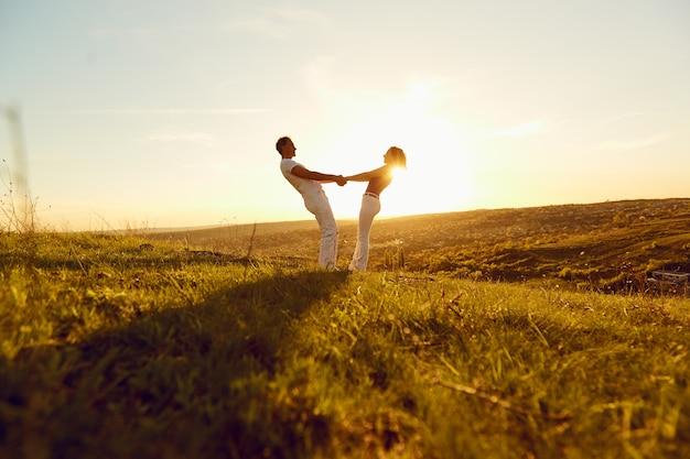 Coppia felice su un bellissimo tramonto in natura Foto Premium