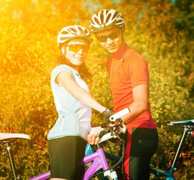 Coppia felice in bicicletta famiglia sportiva