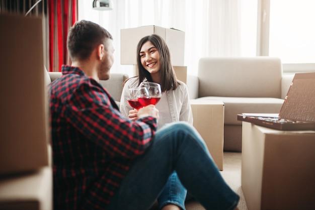 Le coppie felici celebrano il trasferimento alla nuova casa
