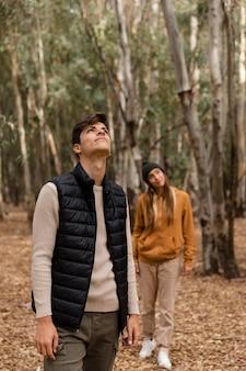 Coppia felice nella vista frontale della foresta