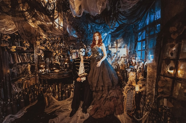 Coppia felice in costume di halloween e trucco. tema sanguinario: i volti dei maniaci pazzi