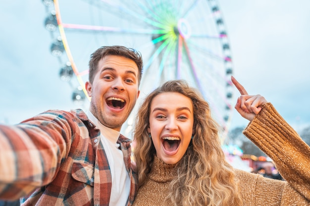 Coppie felici divertendosi al parco di divertimenti a londra