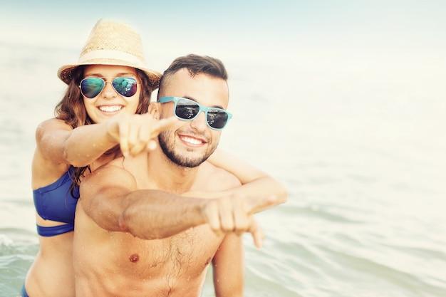 Una coppia felice che si diverte in spiaggia