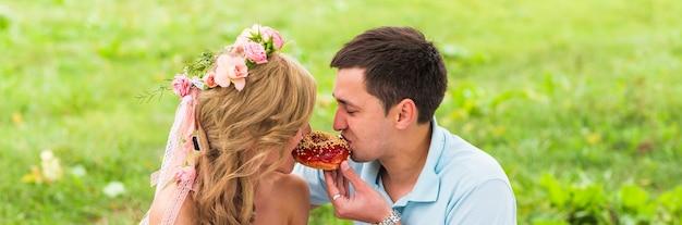 Coppie felici che hanno picnic romantico in campagna.