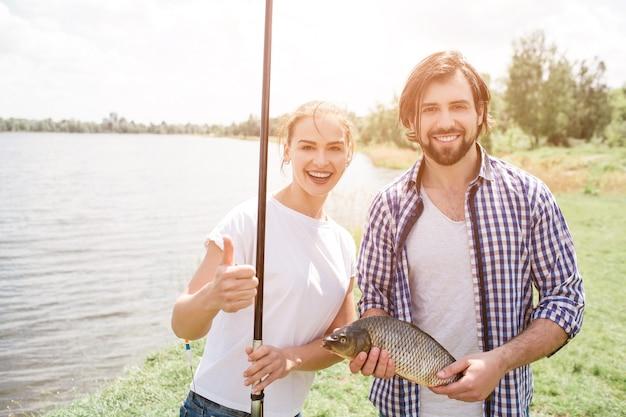 La coppia felice è in piedi al fiume shroe e sorridente