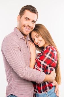 Coppie felici nell'amore che si abbracciano