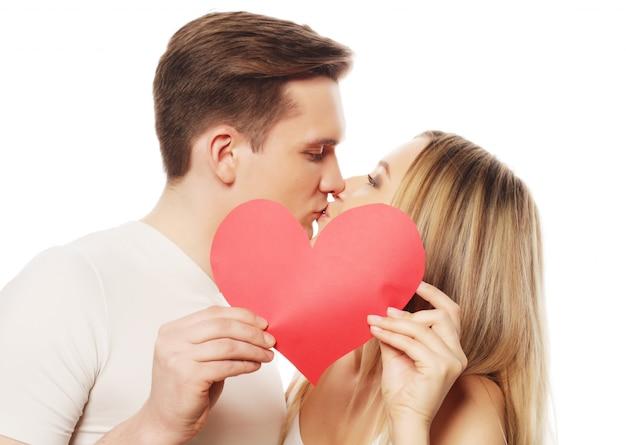 Coppie felici nell'amore che tiene cuore rosso