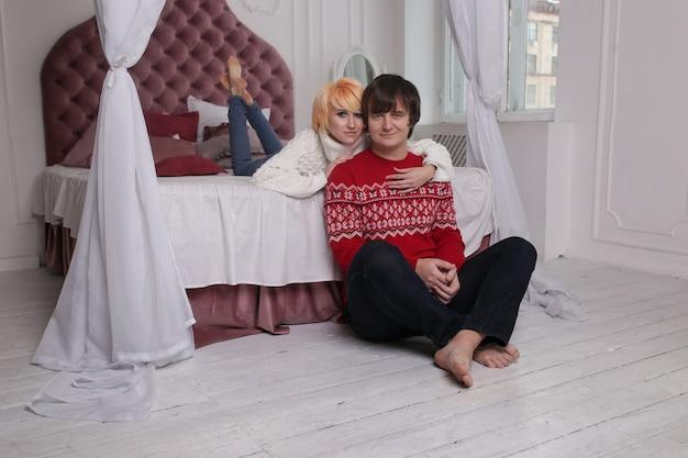Coppia felice innamorato al chiuso. giovani coppie felici che abbracciano