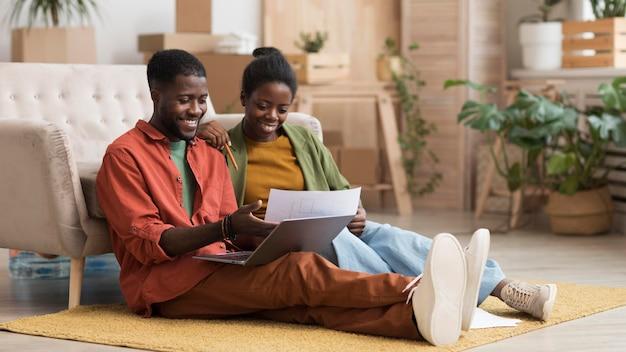 Coppie felici che fanno piani per ristrutturare casa