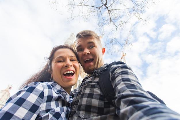 Coppia felice che fa una foto selfie davanti alla famosa cattedrale cattolica della sagrada familia viaggia in