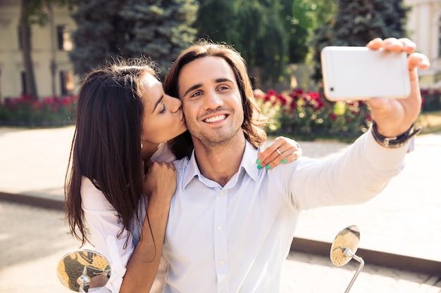 Coppie felici che fanno foto selfie