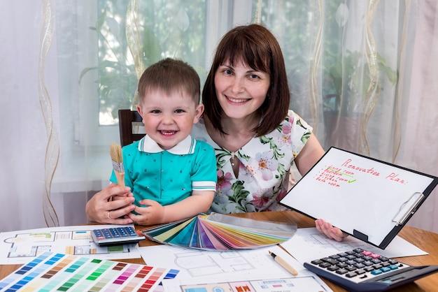 Coppia felice madre e figlio con piano di ristrutturazione