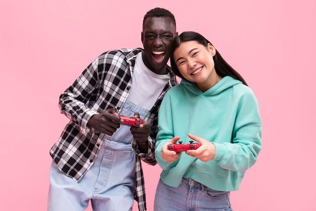 Coppia felice di giocare ai videogiochi