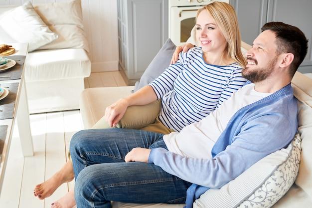 Coppia felice di relax sul divano