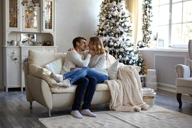 Coppia felice seduto sul divano di casa