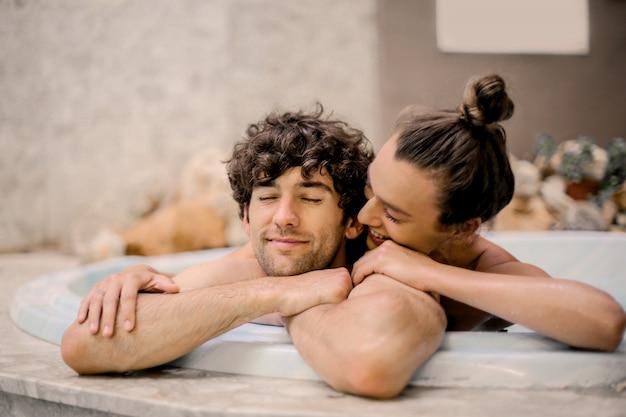 Coppia felice in una spa
