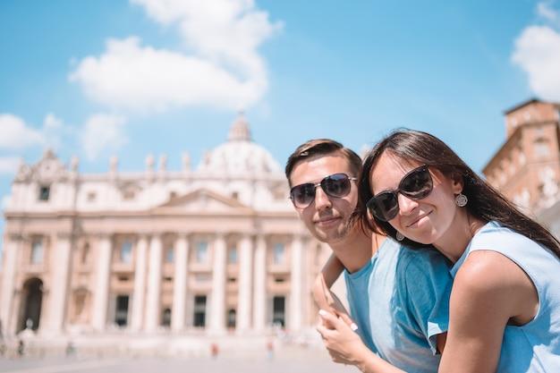 Coppie felici alla chiesa della basilica di st peter nel vaticano, roma.
