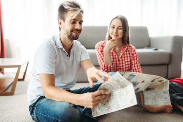 Coppia felice studiando una mappa prima delle vacanze