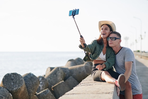 Coppia felice prendendo selfie