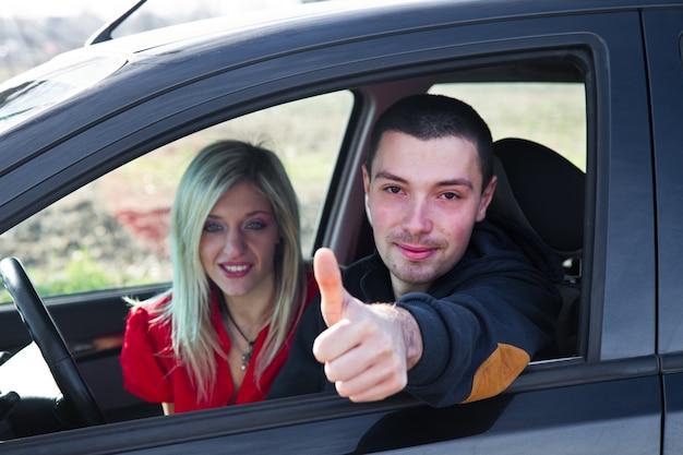 Coppia felice in macchina