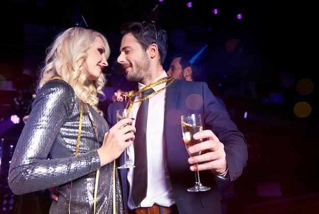 Coppia felice con champagne che festeggia il nuovo anno