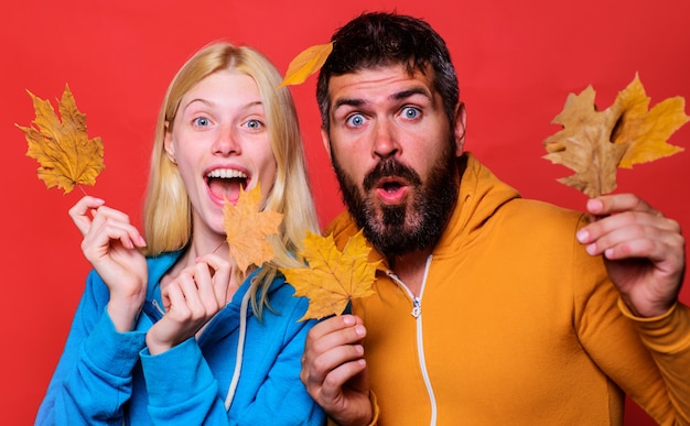 Coppia felice con foglie d'oro. vacanze autunnali. abiti casual autunnali. vendita del venerdì nero.