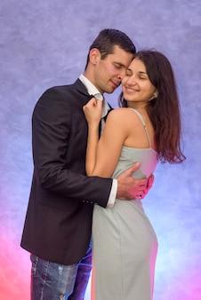 Coppia felice. donna che bacia suo marito. amore e tenerezza. buon san valentino
