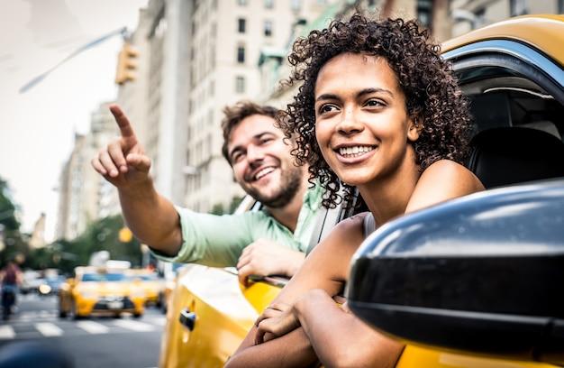 Coppie felici su una carrozza gialla a new york