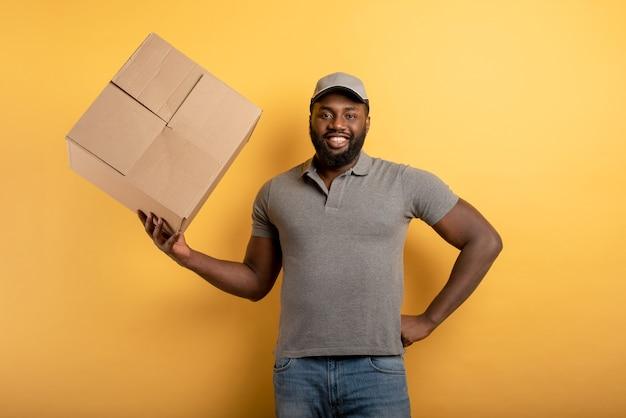 Corriere felice con una scatola da consegnare