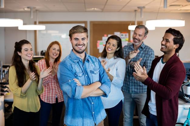 Happy business team creativo che celebra il successo in ufficio