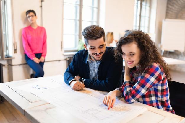 Felici colleghi creativi che lavorano nell'ufficio del designer