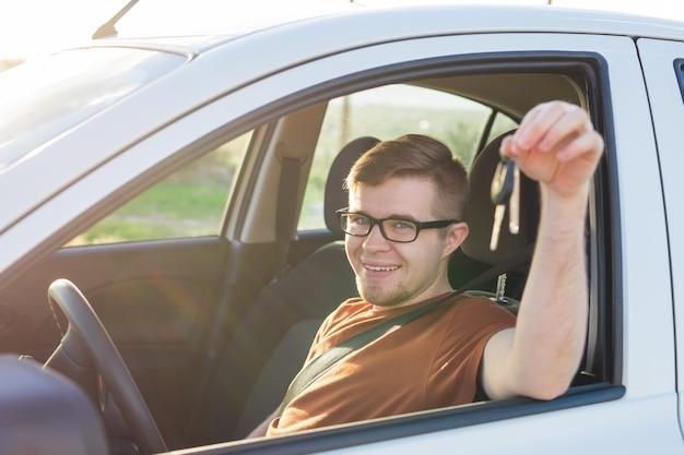 Il cliente felice ha appena acquistato un'auto presso un concessionario di auto.