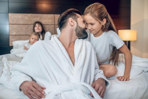 Papà felice. giovane uomo barbuto che sembra felice di giocare con sua figlia