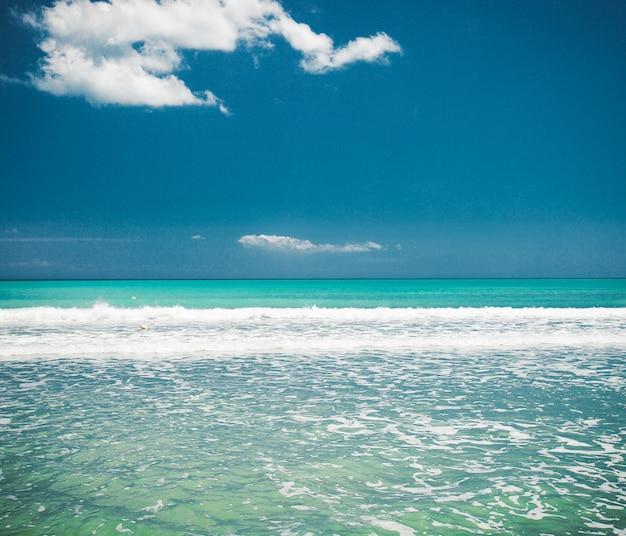Giorno felice, concetto di viaggio - mare e cielo blu, immagine luminosa