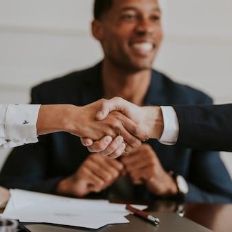 Felici uomini d'affari diversi che fanno un affare