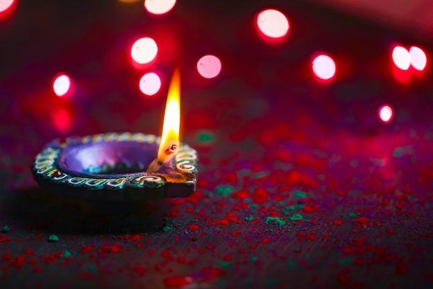 Felice diwali o felice biglietto di auguri deepavali realizzato utilizzando una fotografia di diya o lampada a olio
