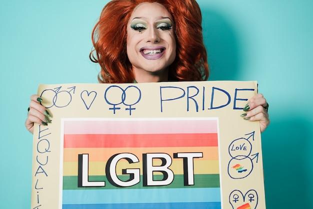 Felice drag queen con banner lgbt - focus on face