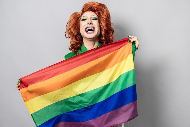 Felice drag queen con bandiera arcobaleno - concetto lgbtq - focus on face
