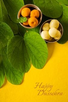 Felice biglietto di auguri dussehra con frutti di nespola, foglie di bidi e pere dolci indiane
