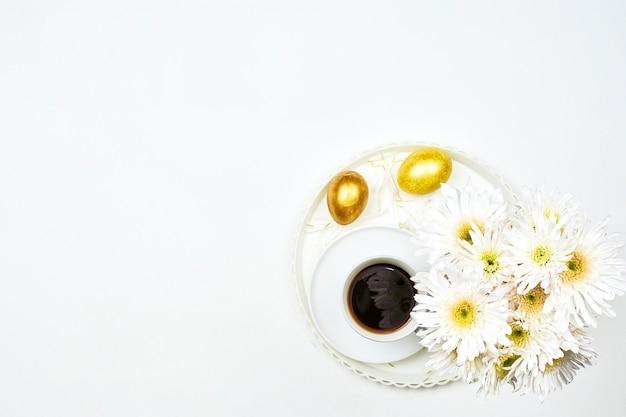 Fondo felice di pasqua con le uova di pasqua colorate vibranti su fondo bianco. vista dall'alto