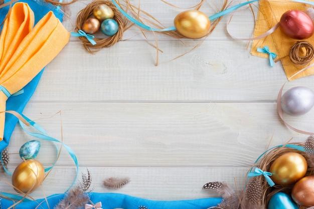 Cornice di bordo di pasqua felice con piume di uova