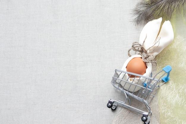 Felice pasqua composizioni di carte con uova nel nido su legno
