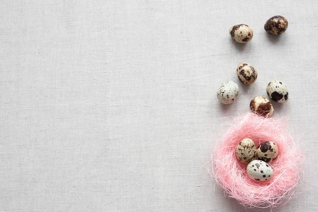 Carta di pasqua felice con le uova nel nido su legno