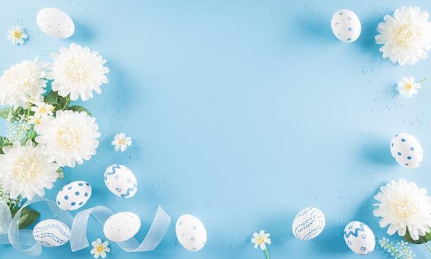 Buona pasqua! colorato di uova di pasqua con fiore in blu pastello
