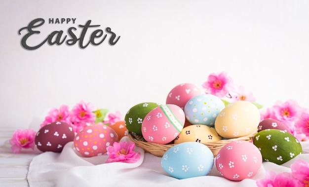 Felice concetto di decorazione di pasqua! belle uova di pasqua con fiore rosa