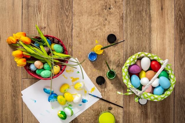 Buona pasqua! dipingere le uova di pasqua a casa