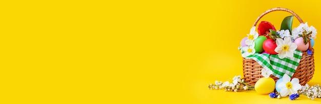 Buona pasqua con fiori su sfondo giallo. celebrazione.